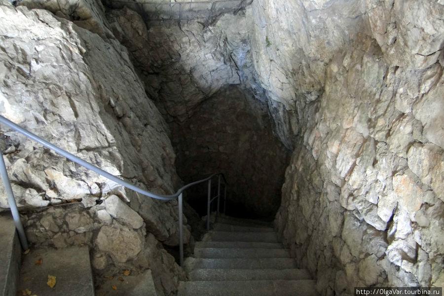 Искусственный вход в пещеру