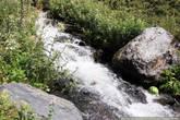 оследняя картинка — повеселить. Вот так горные потоки используют местные жители —  в качестве холодильника. Вода ледяная, и она здорово охлаждает даже на такой жаре.