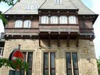 Бэкерхаус — дом гильдии пекарей (1557), на фасаде виден герб пекарей — госларский орёл без короны