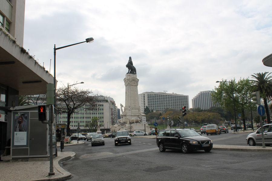 При выходе из подъезда дома открывается такой вид — это площадь Маркиз де Памбал, а остановка метро слева