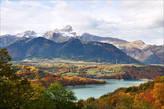 Озеро Сотэ на фоне величественной вершины L'Obiou, печально известной авиакатастрофой 1950-го года, в которой погибли 58 паломников из Канады