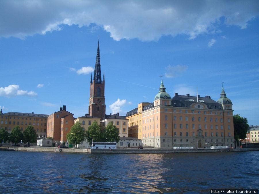 Риддархольмская церковь с чугунной ажурной верхушкой является второй старейшей церковью в Стокгольме и местом погребения шведских королей более чем 400 лет. Самые знаменитые личности, похороненные здесь, это король Густав Адольф, герой тридцатилетней войны, король Карл XII, известный своим смелым вторжением в Россию, умерший в Норвегии в 1718 году.