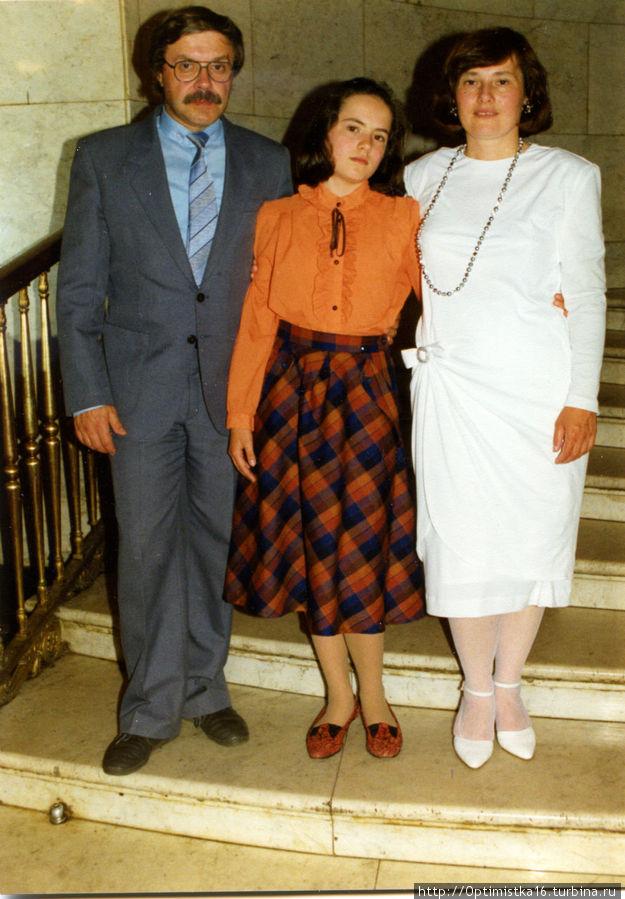 С дочкой и мужем.