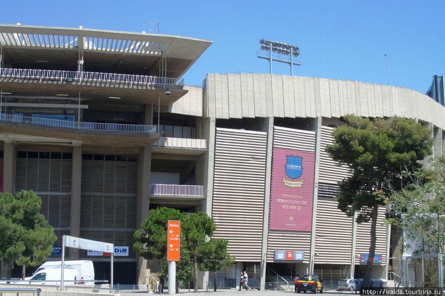 Самый известный футбольный стадион на 120 тысяч человек (клуб Барселона). Клуб основан в 1899 г. Швейцарским бизнесменом. Стадион – Ноукам, построен в 1956 г;
