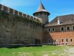 Стены Комендантского дворца покрыты узором из красных кирпичей и белых каменных блоков.