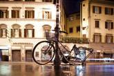 Чтобы велосипед не украли, его нужно привязывать. Например к столбу.
