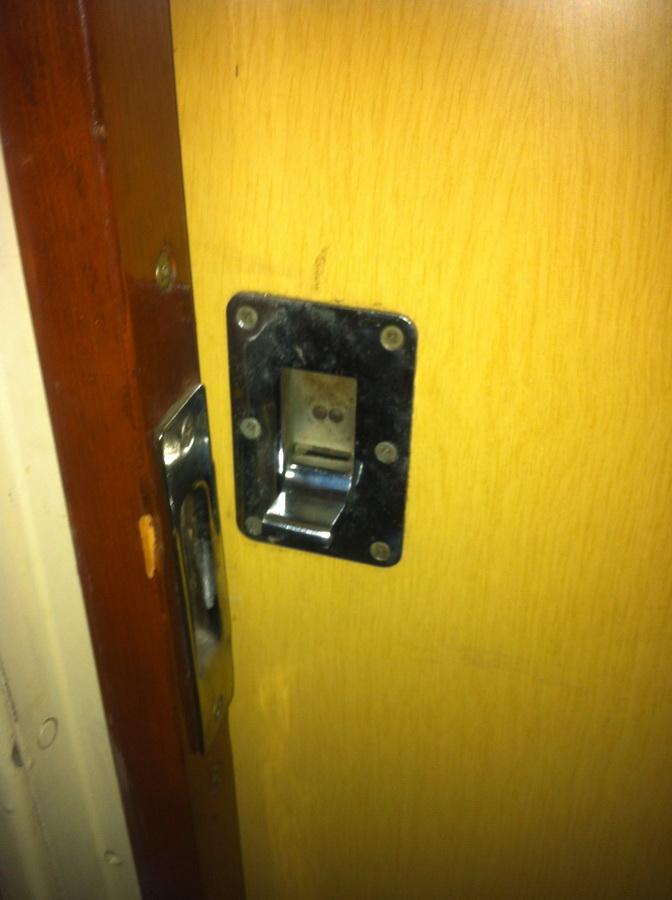 Дверь не закрывалась, пришлось пользоваться запасным запирательным элементом