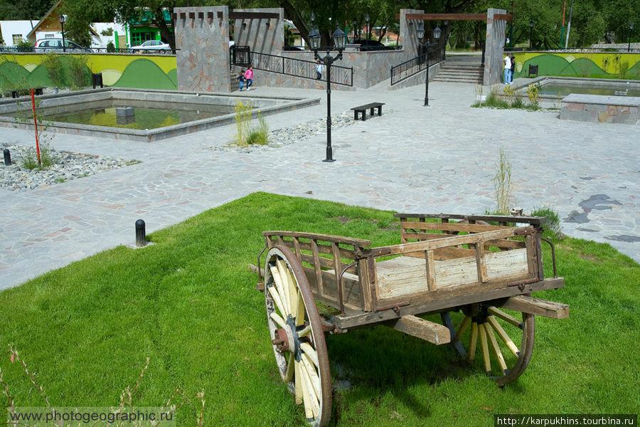 Телегу или просто колесо здесь тоже можно часто встретить, как символ освоения территории.
