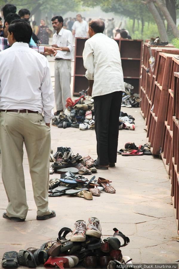 Перед входом в Тадж Махал нужно снять обувь... а потом при выходе найти свою)