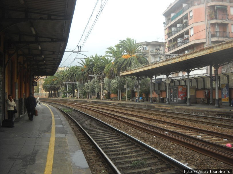 Вид на здание вокзала со второй платформы; сбоку слева вход в тоннель