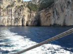 Кораблик только-что вышел из пещеры (на заднем плане)