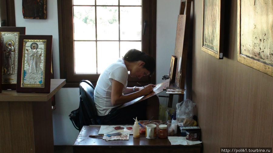 Молодая художница за работой
