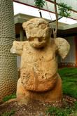 Скульптура с головой ягуара.