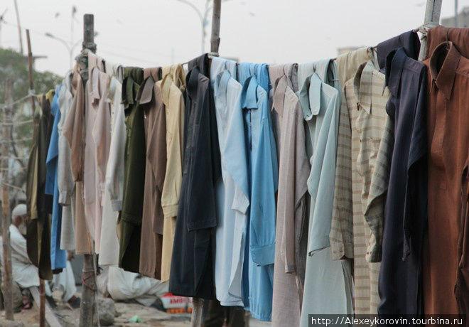 Продажа сутр. Местная мужская национальная одежда.