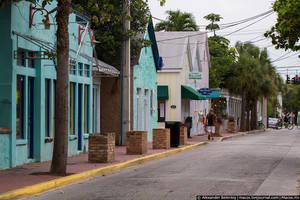 Если отойти от туристического центра в соседние кварталы, типичные улицы выглядят так. В частном секторе найти жильё не так просто, это не Анапа, где на каждом заборе висит табличка