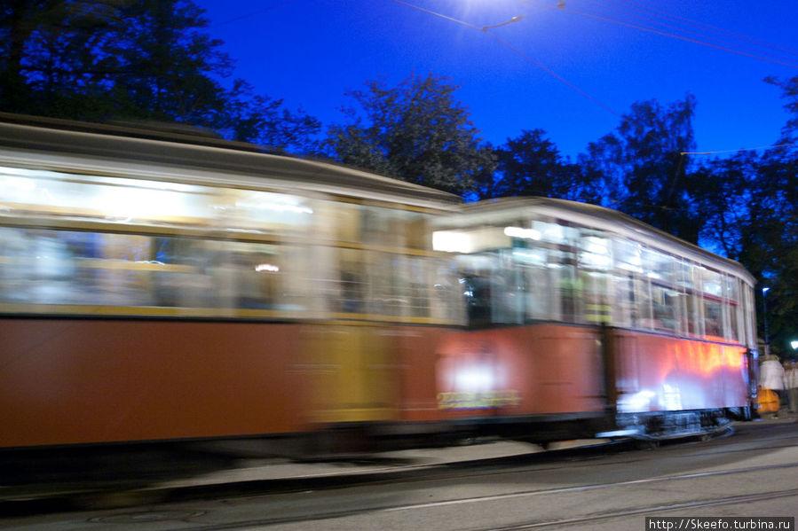 Старый трамвай выезжает из ворот музея. К сожалению я напрочь забыл сфотографировать трамвай монстр-рекордсмен. Но, думаю, это отличный повод ещё раз посетить это прекрасное и очень интересное место.