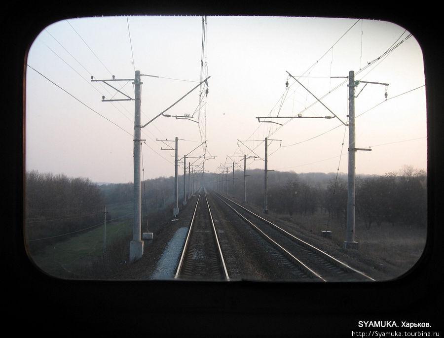 Нет, это не телевизор))) Это — окно последнего вагона поезда.
