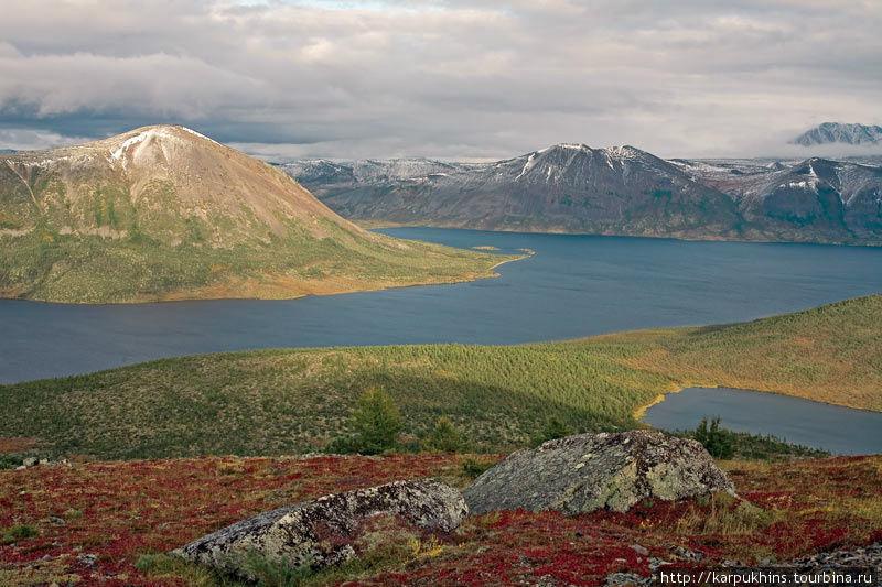 Озеро Малык самое крупное на этой территории. Основная часть его в длину почти десять километров, а в ширину около трёх. Но у этого озера есть ещё довольно большое ответвление – залив Оханджа, простирающийся к северо-западу ещё почти на пять километров. Этот залив будто вклинивается в горный хребет Оханджа. А с востока к озеру примыкает горный массив Черге. Малык тектонического происхождения и у него значительные глубины. Никто не делал полноценных замеров по всему озеру, но глубина в три сотни метров здесь установлена. Малык наиболее доступен из всех озёр на данной территории. Всего лишь в двадцати километрах к юго-западу ещё существует не жилой теперь посёлок золотоискателей Буркандья. Теперь там иногда обитают только нелегальные золотоискатели, официально посёлок закрыт. Дорога между Буркандьёй и Малыком есть и когда-то можно было доехать даже на обычном автомобиле, но теперь только вездеходом. Лишь наиболее отчаянные рыбаки рискуют добраться на автомобиле повышенной проходимости.