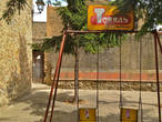 эти стоящие на городской площади ржавые качели явно не использовались уже много-много времени: детей в городе нет. Но реклама шоколада Torres (возможно не существующего в наши дни) до сих пор привлекает неизвестно чье внимание фразой Que Bueno!!!