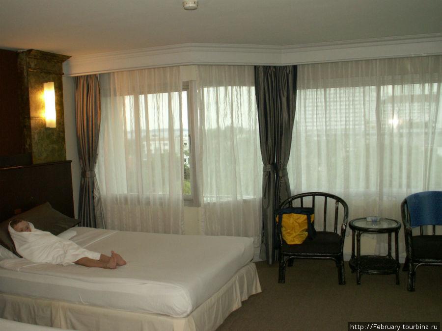Огромный номер с 2 огромными кроватями. Дочь в кровати просто