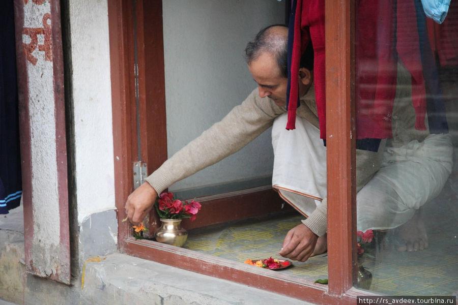 Утро в Непале, люди первым делом выходят на обряд жгут свечи, благовония...
