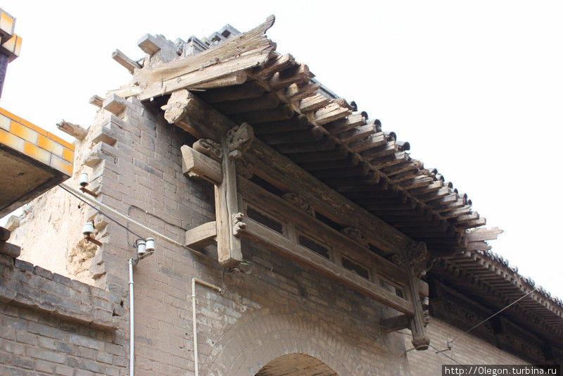 Крыши домов покрыты черепицей, декорация деревянная Пинъяо, Китай