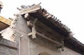 Крыши домов покрыты черепицей, декорация деревянная
