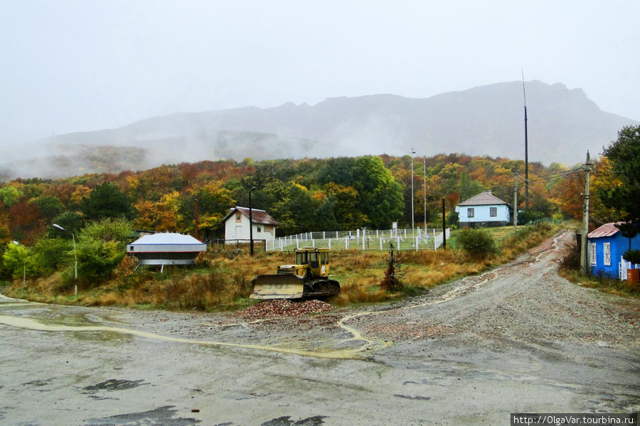 С Ангарского перевала были видны лишь очертания Ангар-Бурун, утонувшего в тумане. Дождь не уставал поливать, напоминая, что в Крым пришла осень...