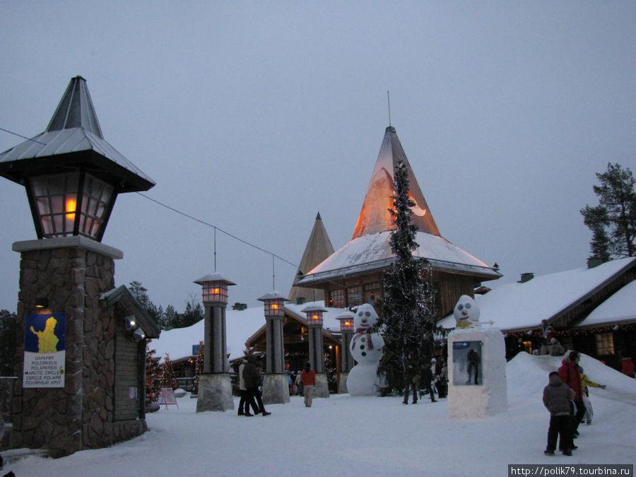 По этим столбикам в резиденции Санта-Клауса условно проходит Полярный круг.