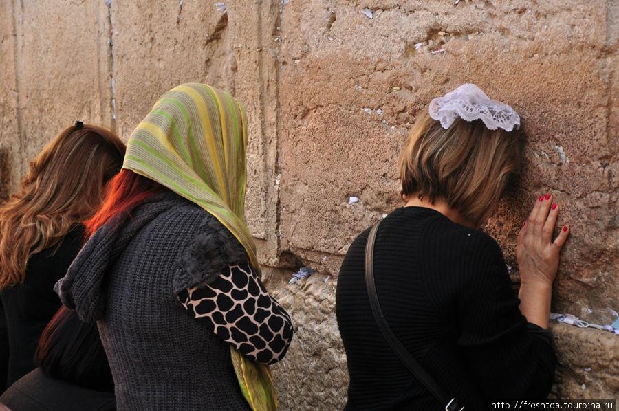 У Западной стены (стена Плача): на женской половине.