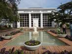 В этом здании размещаются администрация Сада  и библиотека.