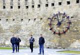 Старые часы отремонтированы и теперь они показывают правильное время.