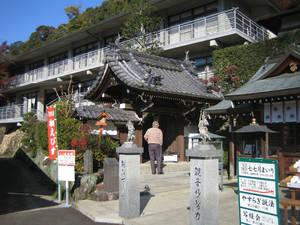 Перед подъёмом к основному храму