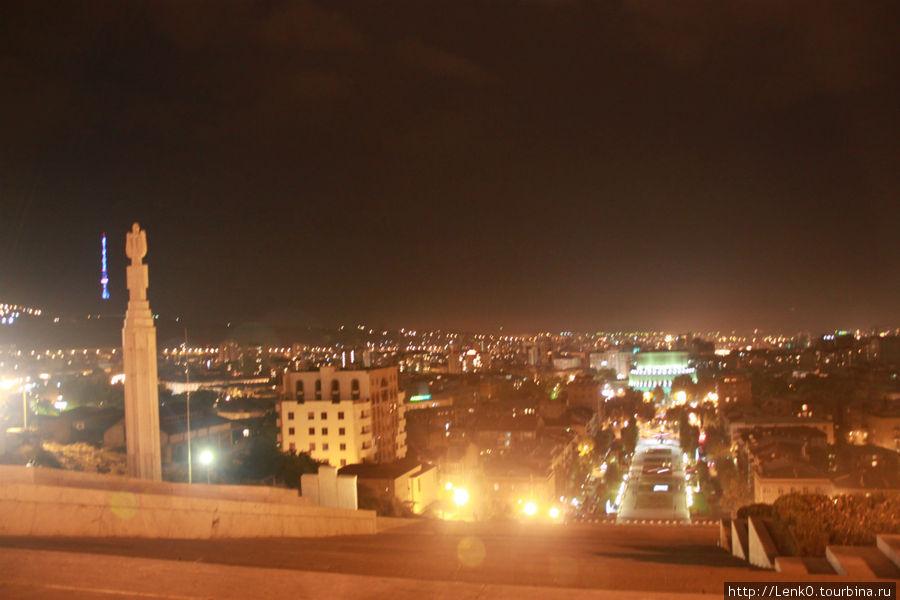 вид с Каскада на ночной Ереван