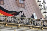 Если над Ратушей — знамя Германии, значит в городе визит на самом высшем уровне. Охрана Ангелы Меркель на крыше Ратуши.