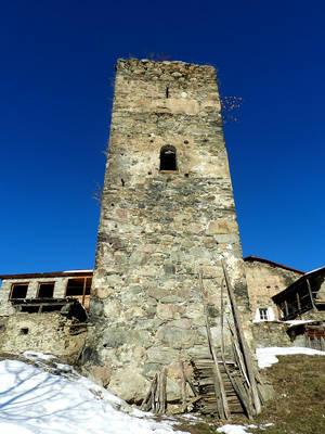 До этой двери башня наполнена камнями,ни враги,ни снежные лавины разбить,разрушить ее не могли!Обещали лестницу к лету сделать,все желающие смогут залезть
