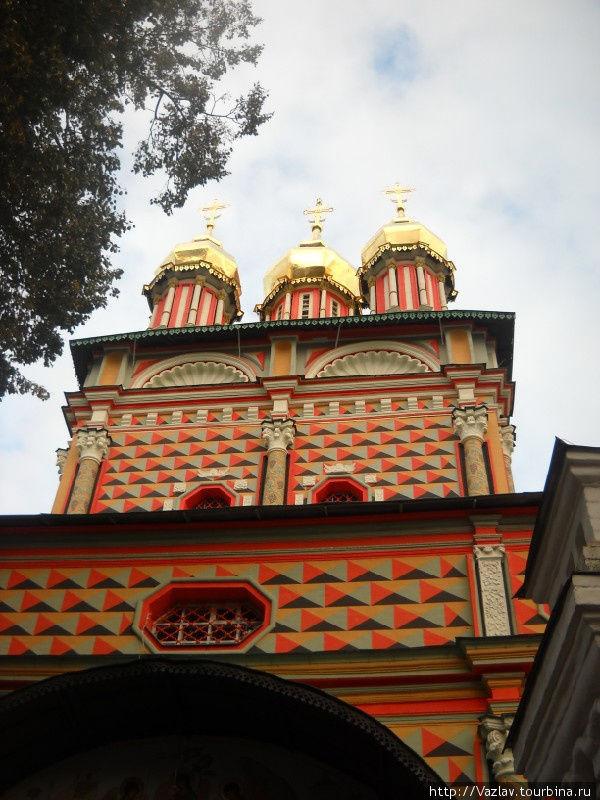 У стен церкви