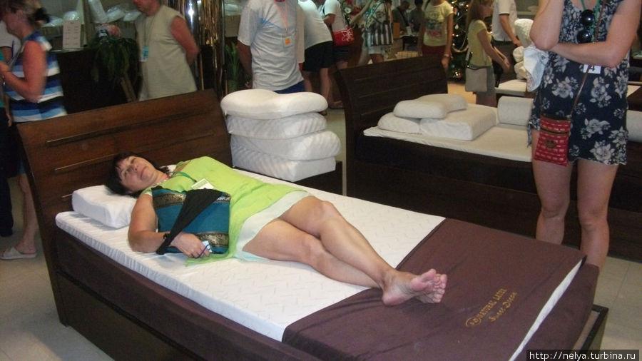 На латексной фабрике в Паттайя. Сразу в постель-предлагают протестировать продукции. Под спину незаметно подложили авторучку, даже не заметила. Вся продукция действительно хорошая.. но не дешёвая