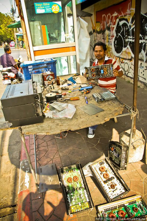 радиорынок и мастерские прямо на улице