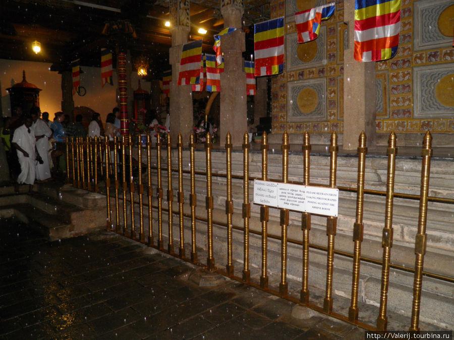 Во внутреннем дворике мраморного храма имеется внутренний деревяный храм, в котором и хранится зуб Будды.
