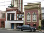 Вокруг театральной площади еще сохранились здания колониальной эпохи. Правда что в них находится только местным известно. Что за шоу такое...
