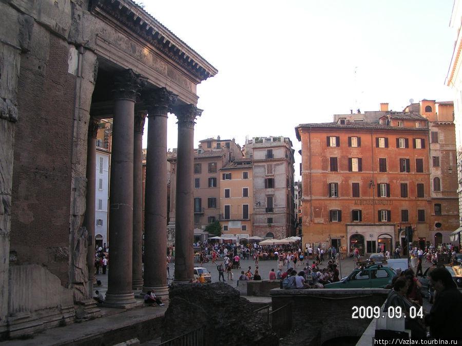 Боковой вид на здание и площадь перед ним