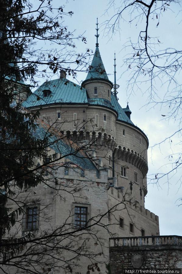 Мощные стены и донжоны неоготического замка видны уже при подъеме на скалу. Жаль, что в сумерки замок кажется не столько массивным, сколько угрюмым строением.  Говорят, над стилем замка вместе с архитектором Йозефом Губертом работал и сам хозяин — граф Палффи, стремясь воплотить лучшее, что он отметил в замках Тироля, долины Луары и папского дворца в Авиньоне.