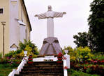 У входа в костёл стоит статуя Иисуса Христа, как в Рио-де-Жанейро.