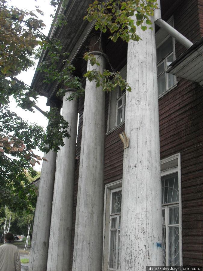 У этих колонн сделана следующая фотография