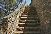 Неожиданно на одном из участков грунтовки встречается такая широкая лестница, но это просто исключение из общего правила...