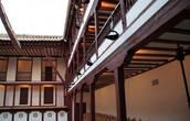 Здесь расположен нестандартный открытый театр XVII ст. — Корраль-де-Комедьяс, в котором в августе организовывается фестиваль драмы в рамках Фестиваля классического театра