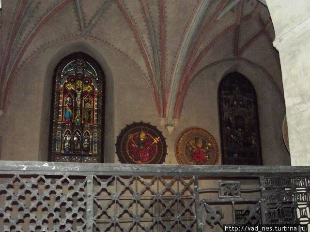 Кафедральный собор Турку. Слева — один из витражей В. Сверчкова