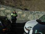 Полицейский,какому то бедолаге,выписывает штраф.