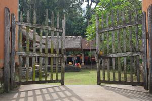 Ворота, ведущие в один из храмов, расположенных в деревне.